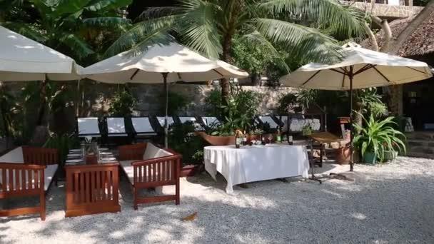 Außencafé am Strand bereit für Gäste.