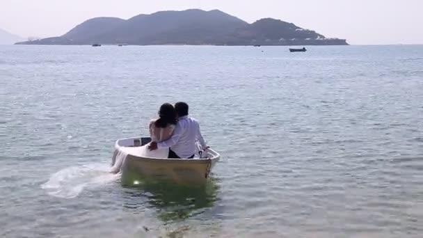 Jen sladké babky v člunu na moře