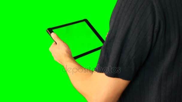 Člověk s použitím tabletu s zelenou obrazovkou zdvojnásobil na velké obrazovce