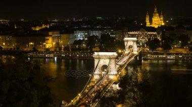 Széchenyi hídon Budapesten. Gyönyörű a Duna híd