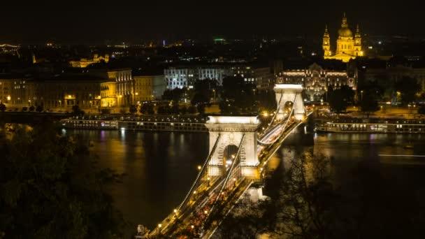 Széchenyi hídon Budapesten. Gyönyörű a Duna híd.