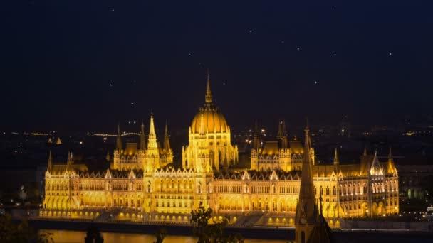 Budapest city. Éjszakai nézet arany pislákoló csillagok a fény a sötét kék ég