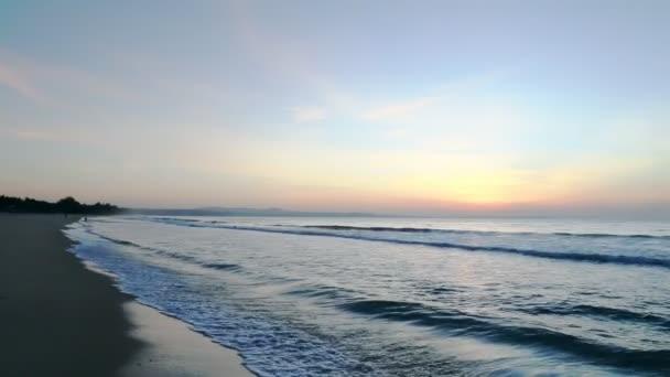 Pohled na západ slunce obzorem pobřeží. Rýžování pravého natáčení. Oranžové slunce stoupající ráno při východu slunce oceánu.