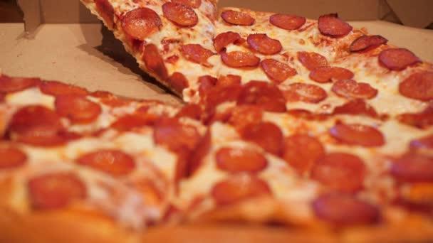 Zblízka pohled na ruku přičemž pizza