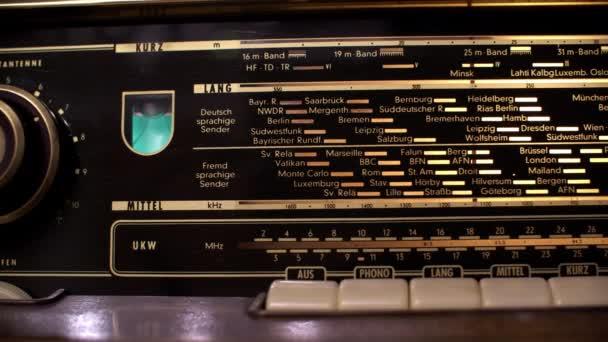 Vyhledávací stanice na retro rádiu