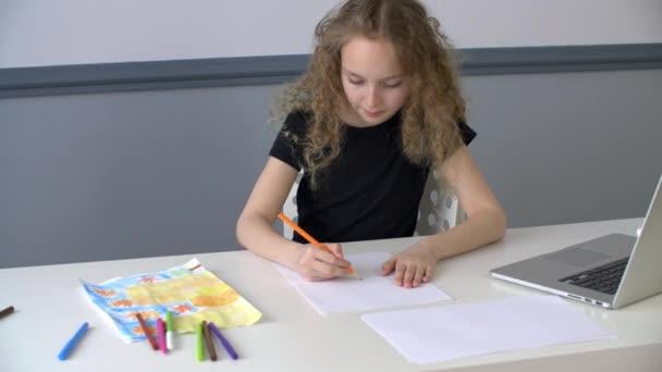 Kreatív lány tinédzser rajz kép ceruzával az asztal előtt laptop. Iskola lány létrehozása vázlat papírlapon ceruza, míg az online művészeti lecke.
