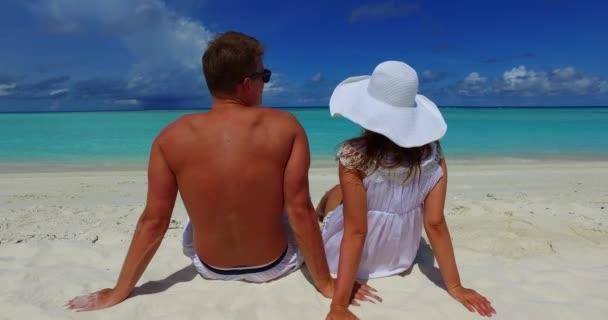 Veselý pár relaxující na exotické letní dovolené na Jamajce. Cestovní dovolená životní styl koncept.