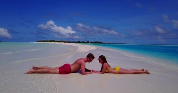 Mladý pár relaxovat společně na letní dovolené na Maledivách.