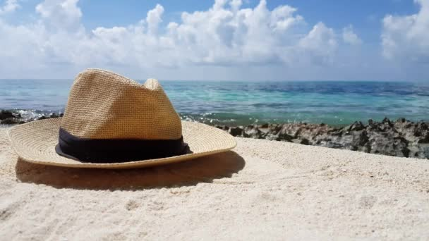 Slaměný klobouk na pláži. Letní cesta do Thajska.