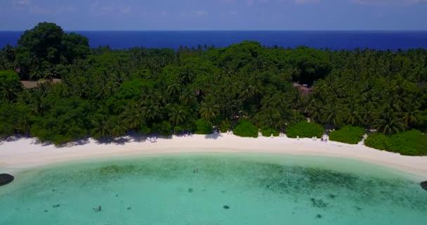 Letecký pohled na letní exotický ostrov. Cestování na Jamajku v Karibiku.