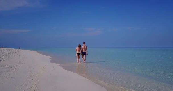 Dominikai Köztársaság strand kék vízzel és homokos stranddal. Mézeshetek pár nyári egzotikus nyaralás Punta Cana, Karib-térség.
