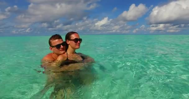 Pár pihen a nyári egzotikus nyaralás a trópusi szigeten, nyári utazás koncepció Kubában.
