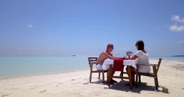 Pár je na soukromé akci oběd na tropické pláži