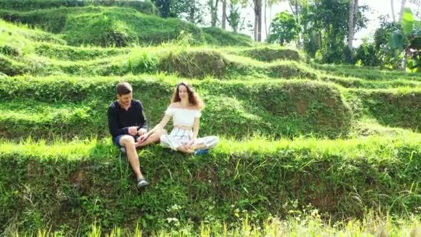 Schönes junges Paar genießt seinen Urlaub auf tropischer Insel, Sommerreisekonzept