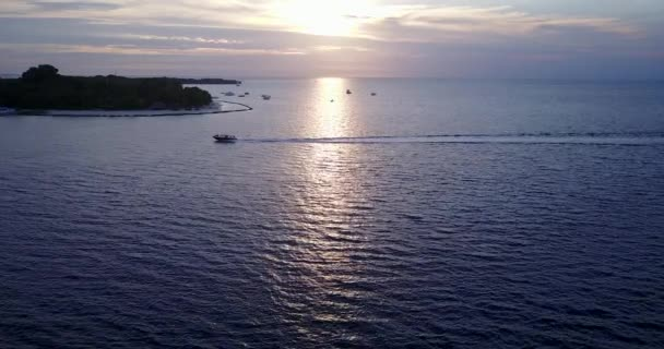 Este a tengerparton. A Maldív-szigetek nyári tájképe.