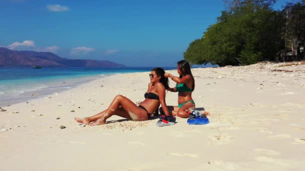 gyönyörű fiatal nők napozás trópusi strandon
