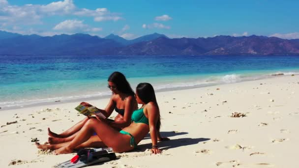 krásné mladé ženy opalování na tropické pláži