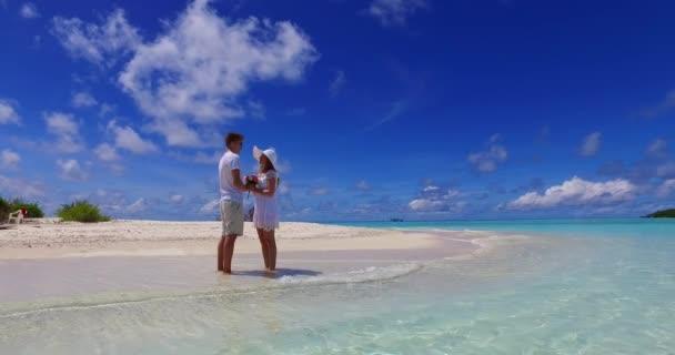 boldog pár pihenés a trópusi strandon