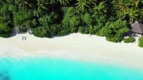 Top kilátás zöld sziget kék tenger délben. Nyári jelenet Bahamákon, Karib-térségben.