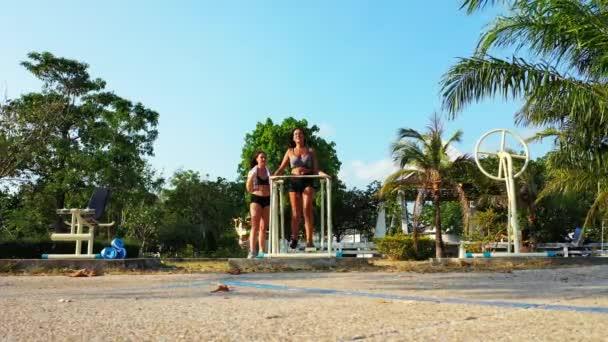 Sportos fiatal nők gyakorlása, fitness koncepció felvételek