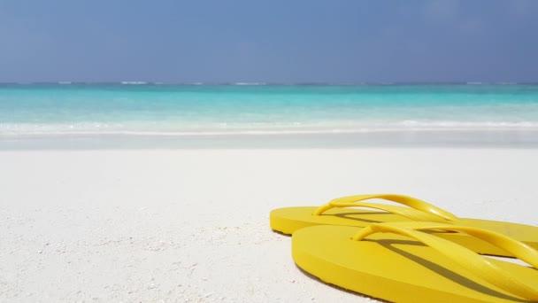 Sárga papucs a parton. Nyári kikapcsolódás Balin.
