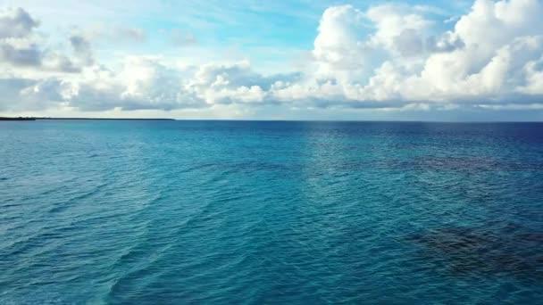 Seascape s vlnitou vodou. Letní výlet na Bali, Indonésie.