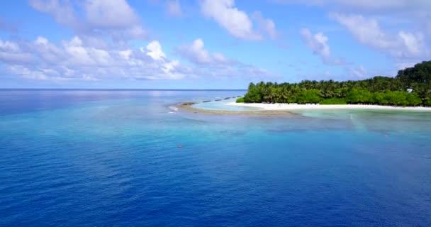 Nyugodt tengerpart zöld szigettel nappal. Nyári jelenet Bahamákon, Karib-térségben.