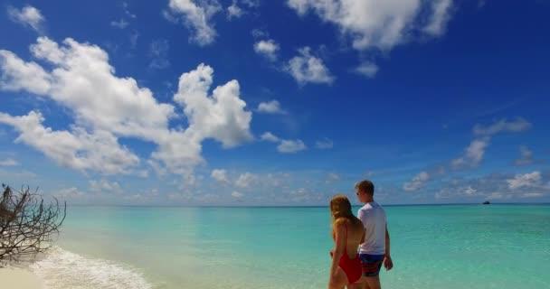 šťastný pár relaxace na tropické pláži