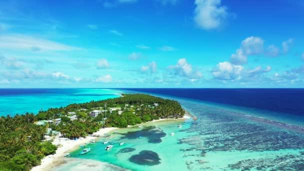 Letecký pohled na tropické letovisko na ostrově. Exotická dovolená na Maledivách, jižní Asie.