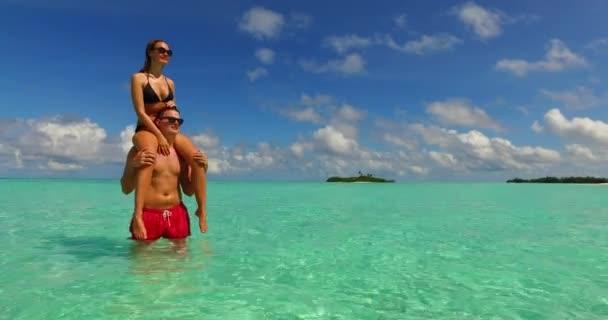 Szép pár élvezi nyaralás a strandon, közel az óceán trópusi sziget Bora Bora.