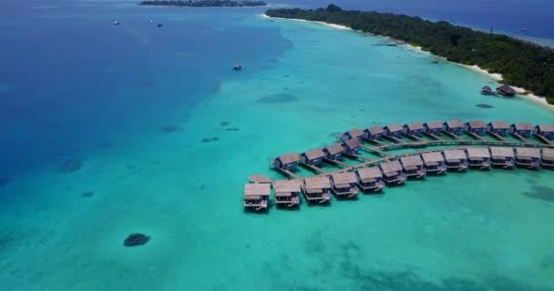 Letecký pohled na exotické letovisko s vodními bungalovy. Letní dovolená na Seychelách, východní Afrika.