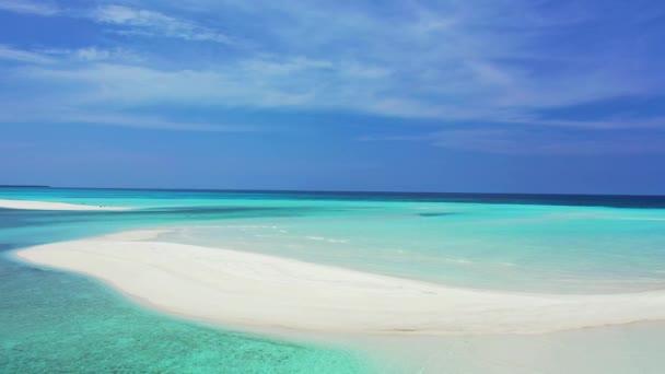 Krajina s bílou pláží a tyrkysovým mořem, Maledivy.