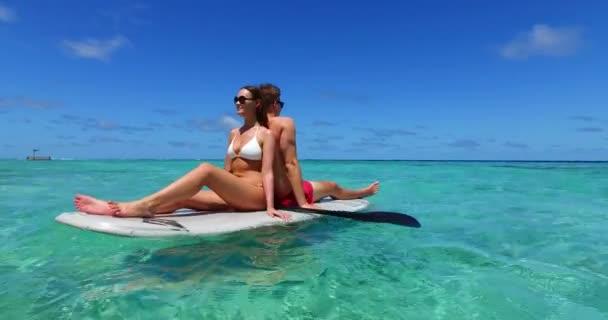 Csodálatos pár evezős deszkán szörfözés együtt óceán tenger Maldív-szigeteken