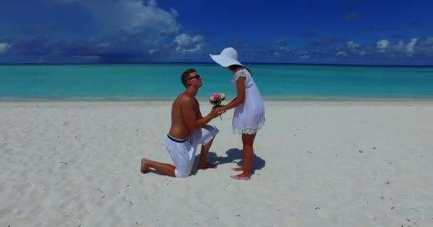 Nabídka k sňatku milující pár na mořské písečné pláži. Svatební koncept.
