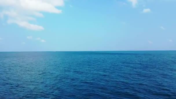 Létá nad modrým mořem. Krajina Seychel, východní Afrika.