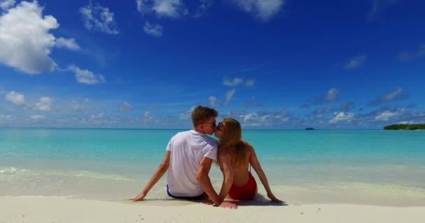Dominikánská republika pláž s modrou vodou a písečnou pláží. Líbánky pár na letní exotické dovolené v Punta Cana, Karibik.