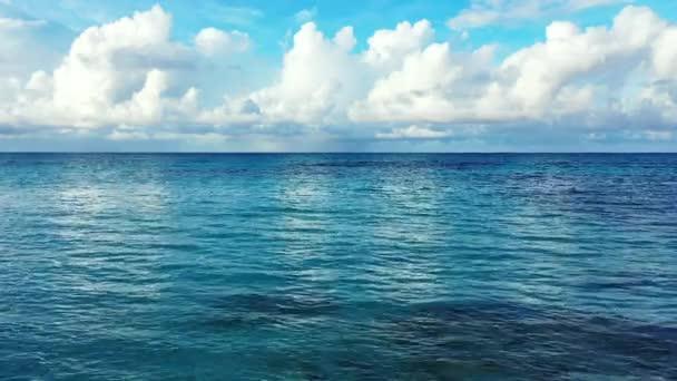 Blízký pohled na vlnící se mořskou vodu. Cesta do Thajska.
