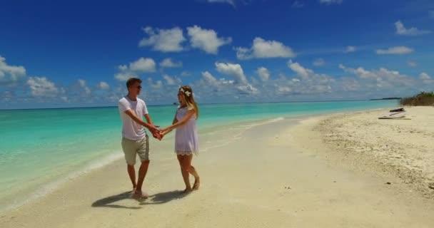 Nászutas pár nyaralni a Karib-szigeteken. Türkiz tenger és arany homokos strand háttér.