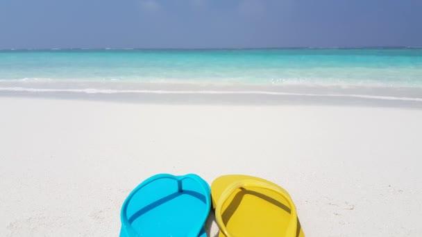 Modré a žluté žabky na pláži. Tropický ráj na Bora Bora, Francouzská Polynésie.