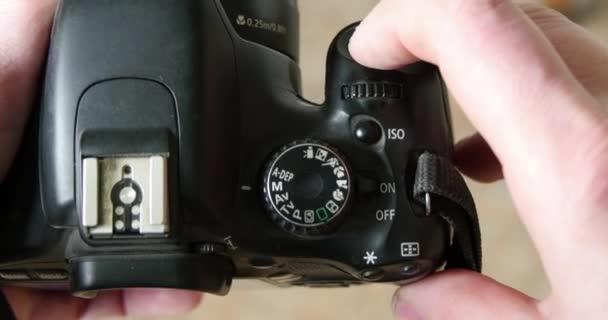 Macchina fotografica di DSLR nelle mani del Cameraman