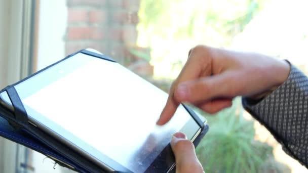 Mužské ruce psaní na tabletu