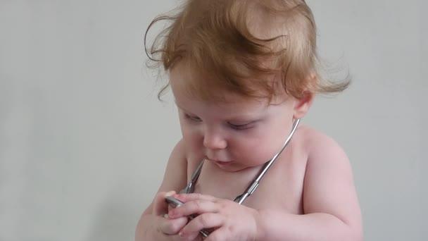 Dítě s stetoskop不同的树集合上白色孤立