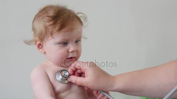 Profesionální pediatr vyšetřují dítě