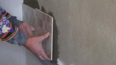 Reparatie Tegels Badkamer : Man aan het werk in de badkamer reparatie tegel op muur