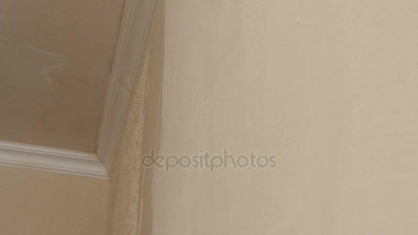 muž použití sádry na suché zdi