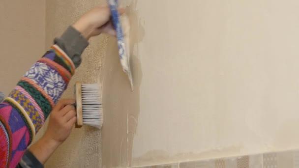 pracovník Omítkářské zdi pomocí stěrky工人粉刷墙壁使用抹平
