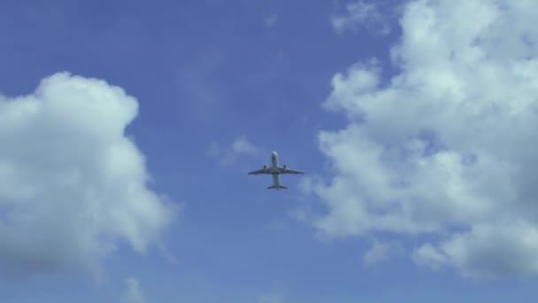 Flugzeug fliegt über Kopf