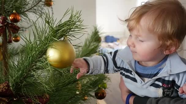 Weihnachtsbaum mit Baby schmücken