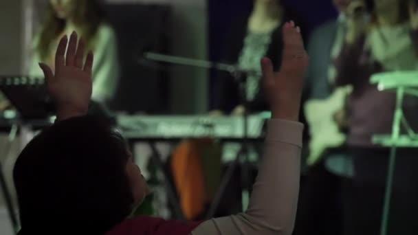 Andacht, die Hand zum Gebet in der Kirche erhoben