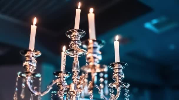 brennende Kerzen in breiten Glasbechern